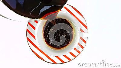 Hällande nytt kaffe in i en kopp stock video