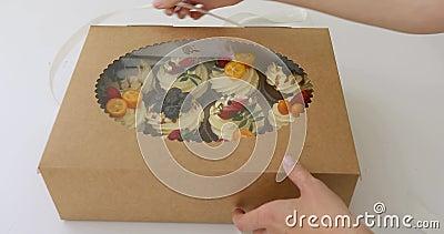 Hände öffnen einen Kasten kleine Kuchen stock video