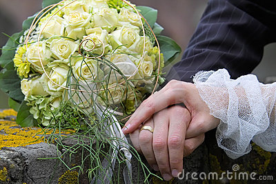 Hände auf dem verheirateten Paar