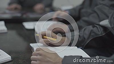 Hände eines Büroangestellten stock video