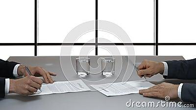 Hände von den Männern, die Dokumente unterzeichnen stock footage