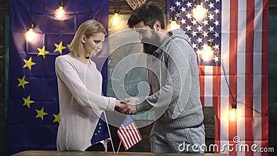 H?ndedruck von zwei Zust?nden USA und Europa-Freundschaft Begriffsabkommen zwischen USA und UE H?ndedruck Vereinigter Staaten und stock footage