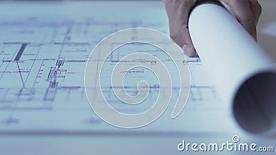 Händer av arkitektöppningsteckningen av nybyggeanvisningar, designbyrå stock video