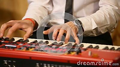 Händer av musikern på tangentbordet av ett pianotangentbord Är ett verkligt soulmusikinnehåll Svartvit tangent Lekljud, ackord lager videofilmer