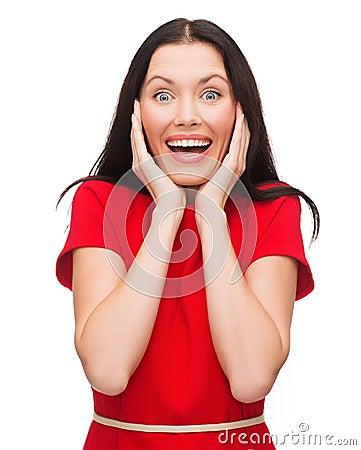 Häpen skratta ung kvinna i röd klänning