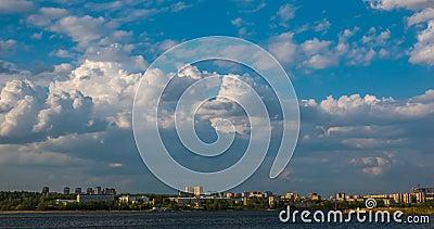 Härlig dagtimelapse av moln över vinterlandskapet, stad av Izhevsk, den Udmurt republiken, ryss lager videofilmer