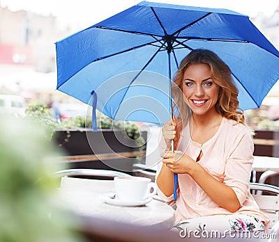 Härlig flicka i kafé