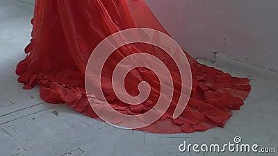 Härlig flicka i ursnygg röd klänning med fållen stock video