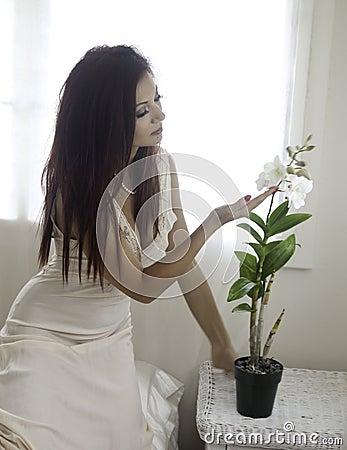 Härlig kvinna i hennes sovrum