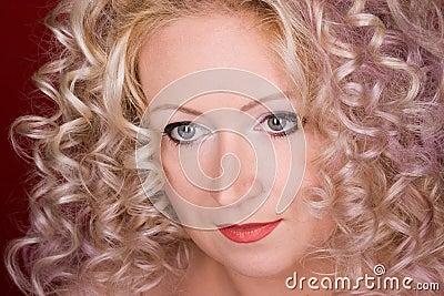 Härlig lockig hårkvinna