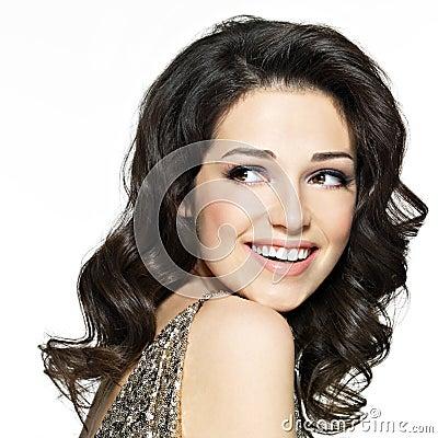 Härlig lycklig skratta kvinna med bruna hår