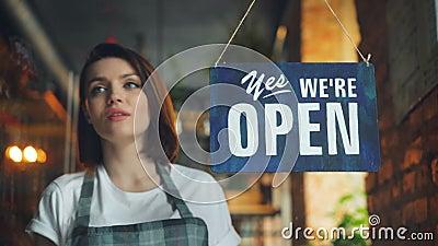 Härlig servitrisbokslutcoffee shop i hängande stängt tecken för afton på dörr stock video