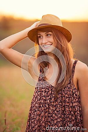 Härlig stående av en bekymmerslös lycklig flicka
