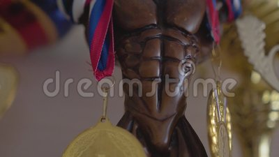 Härlig statyett med utmärkelser för sportsegrar close upp arkivfilmer