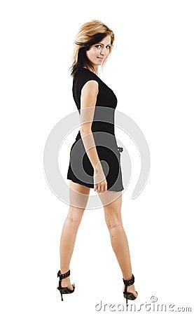 Härlig svart gullig klänning som poserar den stilfulla kvinnan