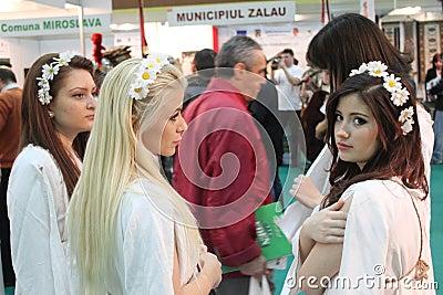 Flickor på den rumänska turismmässan Redaktionell Arkivfoto
