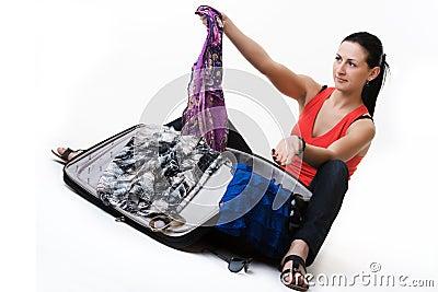 Den unga kvinnan som förbereder henne bagaget för, reser