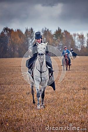 Häst-jakt med damtoalett i ridningvana Redaktionell Fotografering för Bildbyråer