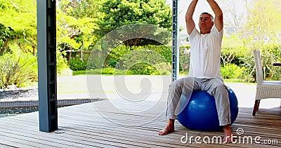 Hög man som gör meditation på övning på övningsbollen 4k lager videofilmer