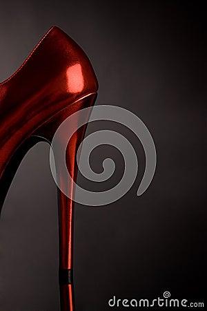Hög röd sko för kvinnlig häl