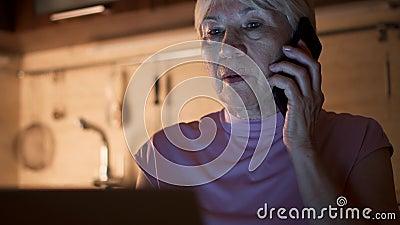 Högt kvinnaarbete på kontor för bärbar dator hemifrån i afton Freelancersamtal på mobiltelefonen på natten stock video