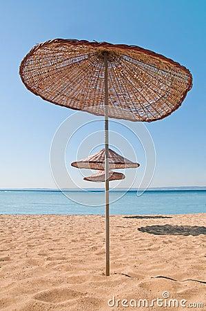 Hölzerner Strand-Regenschirm