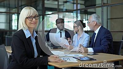 Hübsch blond Geschäftsfrau sieht Kamera, Manager Arbeitsamt, Karriere stock footage