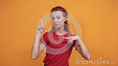 Hübsch junge Dame, die mit den Fingern auf und neben den Fingern zeigt und Unzufriedenheit aussieht stock footage