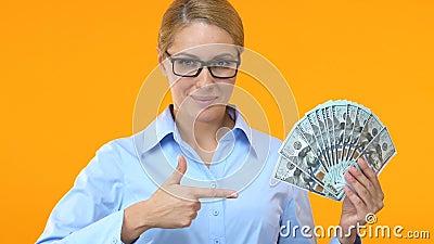 Hübsche Frau in der Klage Finger in Bündel Dollar, rentables Geschäft zeigend stock video
