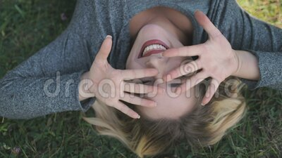 Hübsche Frau lächelt Gesicht Portrait Upside Down Szene stock video footage