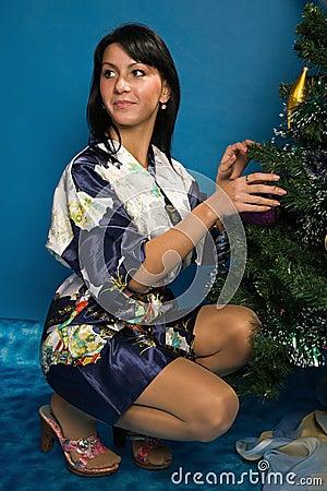 Hübsche Frau verzieren einen Weihnachtsbaum