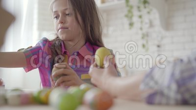 H?bsche kleine Tochter, die Ostereier mit Farben und B?rste f?rbt Vorbereitung f?r Ostern-Feiertag Verh?ltnis-M?tter stock footage