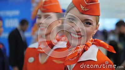 Hübsche Stewardesse von Aeroflot-Fluglinie, Russland stock footage