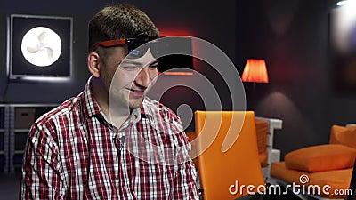 Hübscher bärtiger grau-äugiger Kerl mit Sonnenbrille spricht und betrachtet Kamera stock footage