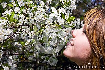 Hübsches Mädchen im Garten