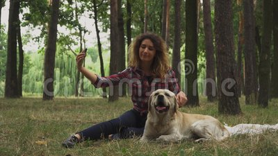 Hübsches Mädchen macht selfie mit ihrem Labrador stock footage