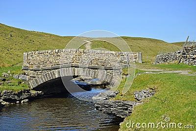Hügelige Landschaft: kleine Brücke über Strom, Abschluss