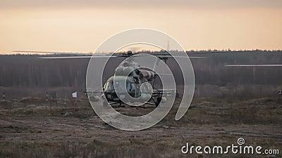 H?licopt?re en vol au coucher du soleil au-dessus du champ de guerre banque de vidéos
