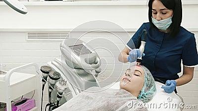 H?nde des Vorlagenkosmetikers Make Facial Massage stock footage