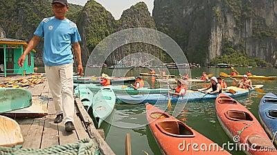 HA LANG, VIETNAM - 13. OKTOBER 2016: Touristen von den Booten landen auf dem Pier Halong Schacht vietnam stock video footage