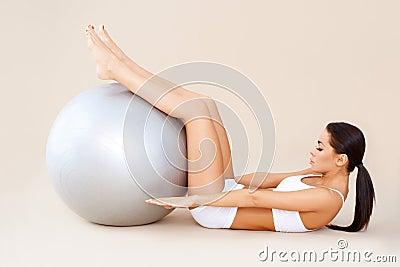 Hacer los músculos abdominales con la bola de la aptitud