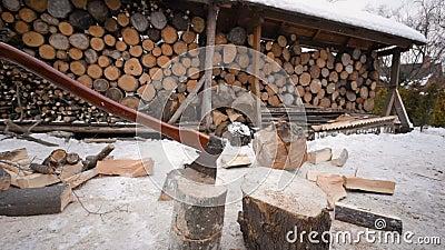 Hacha del ` s del leñador en el fondo de madera metrajes