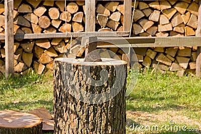 Hacha en el tronco