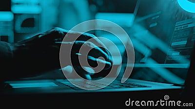 Hacker sta lavorando sul laptop di notte Le mani stanno digitando un codice virus sulla tastiera o sul sito Web di hacking Chiusu archivi video