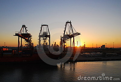 Hafen-Kräne am Sonnenaufgang