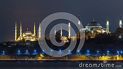 Hagia Sophia e timelapse azul da mesquita na noite refletiu na água de Bosphorus Istambul, Turquia filme