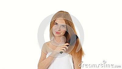 hairball Piękna rudzielec dziewczyna Szczotkuje Jej włosy zdjęcie wideo
