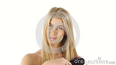 hairball Piękni blondyny Szczotkuje Jej włosy hairball zdjęcie wideo