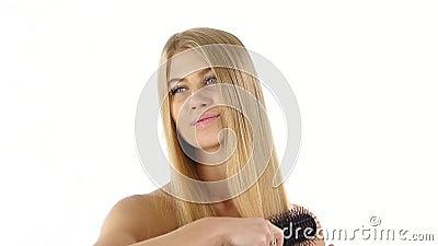 hairball Piękni blondyny Szczotkuje Jej włosy hairball zbiory wideo