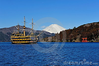 Hakone Lake, Mount Fuji & famous pirate ship